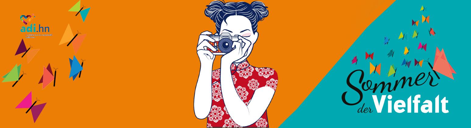 Links sind Schmetterlinge und das logo der adi eingeblendet. In der Mitte steht ein chinesisches Mädchen, das die Betrachtenden fotografiert. Das Bild des Mädchens ist gezeichnet. Sie trägt ein rotes Kleid mit weißem Blumenmuster und zwei Zöpfe. rechts ist auf türkischem Grund das Logo vom Sommer der Vielfalt