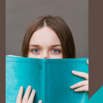 Links sind Schmetterlinge und das Logo der adi eingeblendet. In der Mitte sieht man einen Frauenkopf, der halb über ein türkisfarbenes Buch schaut. Die Frau hat braune, glatte Haare, sehr blaue Augen und Sommersprossen . Rechts ist das Logo vom Sommer der Vielfalt