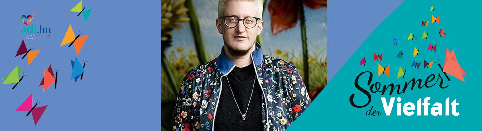 In der Mitte ist ein Foto von Linus Giese mit hell-blonden Haaren, Brille und einem gemusterten Hemd. rechts ist das Logo vom Sommer der Vielfalt und links Schmetterlinge und das Logo der adi.hn