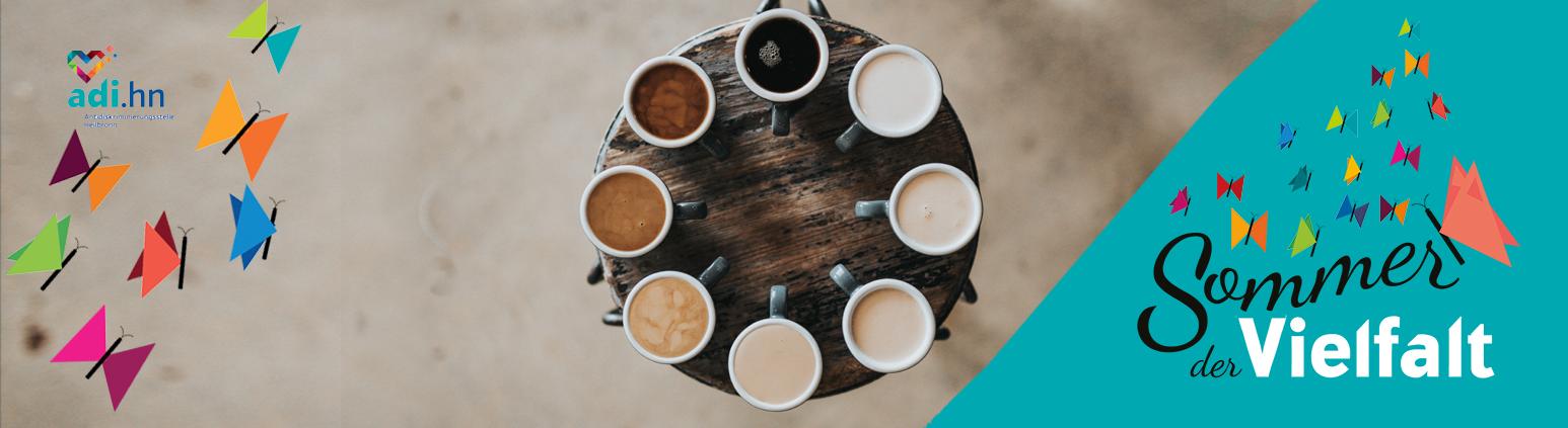 Links sind Schmetterlinge und das logo der adi eingeblendet. In der Mitte sind 8 Tassen mit Kaffe in unterschiedlichen Varianten von ganz schwarz bis nur Milch abgebildet. Das Foto ist aus der Vogelperspektive. rechts ist das Logo vom Sommer der Vielfalt